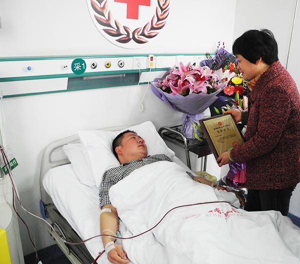 许昌市天伦燃气有限公司员工李师阳赴郑捐献造血干